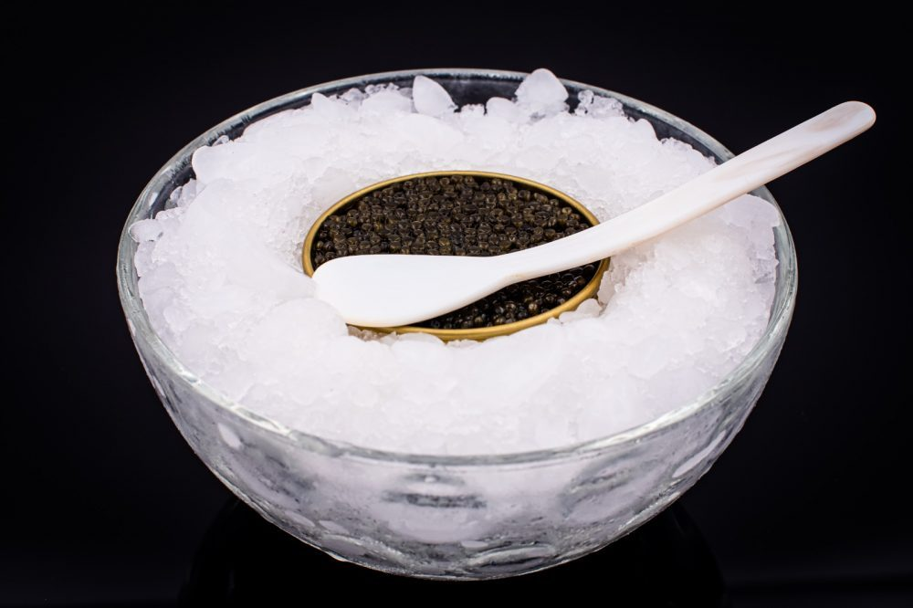 Manger du caviar en société